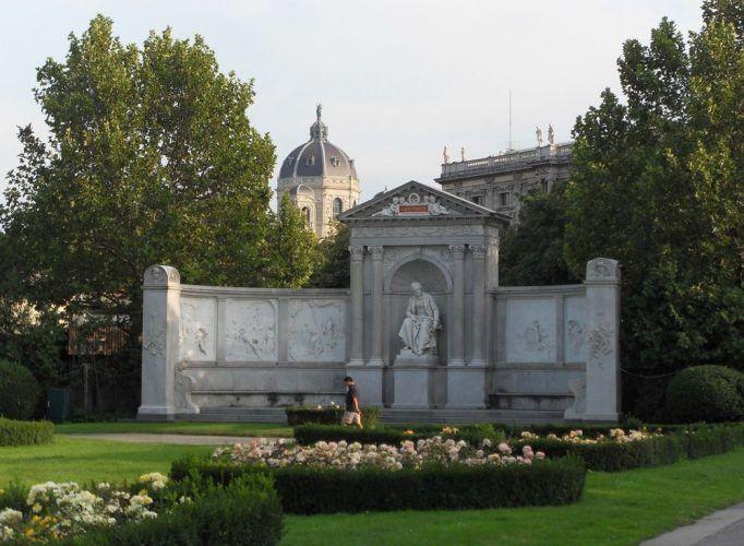 Das Grillparzer-Denkmal im Volksgarten, Gesamtansicht © Foto: Alexandra Matzner.