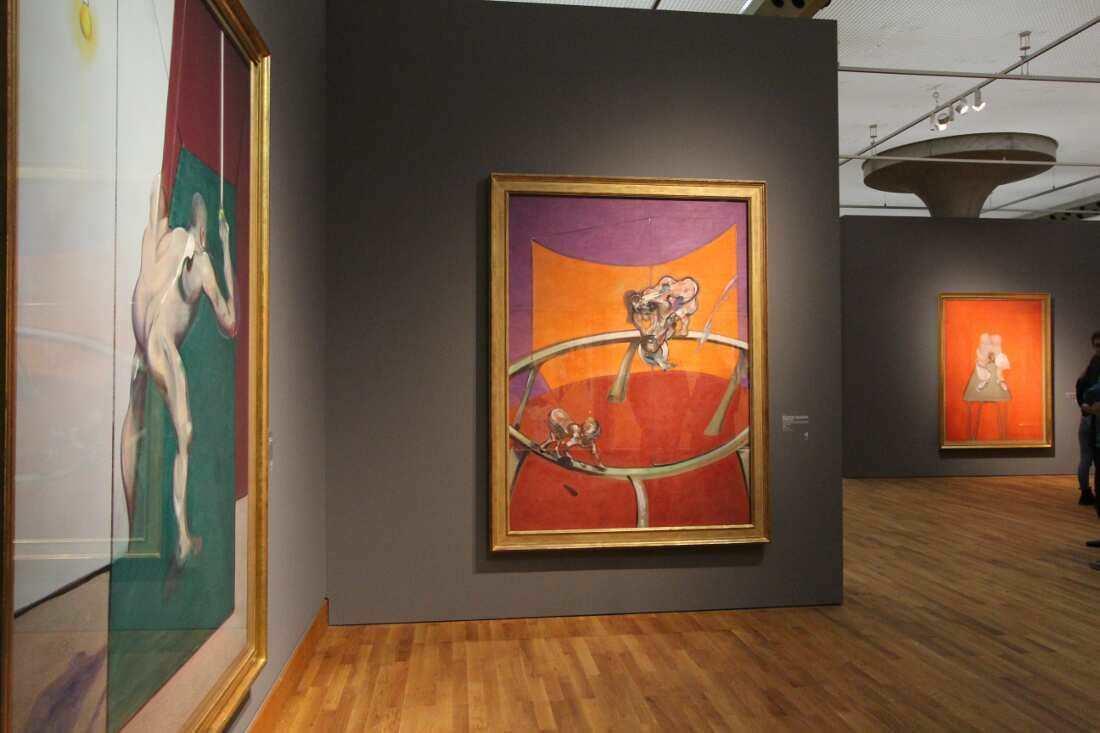 Francis Bacon, Studie nach einem menschlichen Körper (Mann, das Licht ausschaltend), 1973, Öl auf Leinwand, 200,6 x 148,4 cm (Esther Grether Familiensammlung); Nach Muybridge – Frau, eine Schale Wasser leerend, und gelähmtes Kind auf allen vieren, 1965, Öl auf Leinwand, 198 x 147,5 cm (Stedelijk Museum, Amsterdam); Studie des menschlichen Körpers, 1981/82, Öl auf Leinwand, 198 x 147,5 cm (Musée national d'art moderne, Centre Pompidou, Paris), Ausstellungsansicht Staatsgalerie Stuttgart 2016, Foto: Alexandra Matzner.