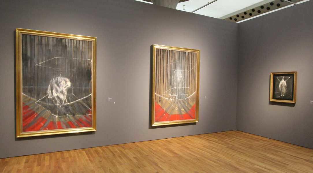 Francis Bacon, Kauernder Akt, um 1951, Öl auf Leinwand, 196,2 x 135,2 cm (Privatsammlung); Figur, um 1951, Öl auf Leinwand, 198,1 x 137,2 cm (Privatsammlung); Kreuzigung, 1933, Öl auf Leinwand, 62 x 48,5 cm (Murderme Collection, London), Ausstellungsansicht Staatsgalerie Stuttgart 2016, Foto: Alexandra Matzner.