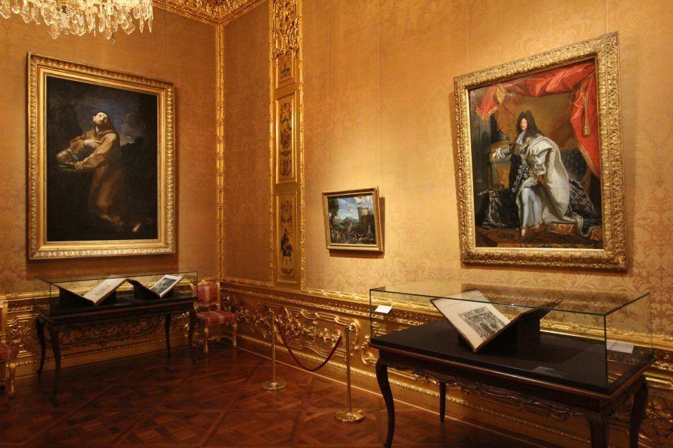 """Guido Reni, Büßender hl. Franziscus und Hyazinthe Rigaud, Ludwig XIV., Einblick in die Ausstellung """"Fürstenglanz"""", Foto: Alexandra Matzner."""