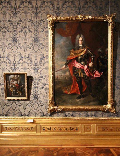 Francisco Solimena und Johann Gottfried Auerbach, Kaiser Karl VI., um 1720/30, Öl auf Leinwand 245 x 160 cm (Belvedere, Wien © Belvedere, Wien), Installationsansicht: Alexandra Matzner.