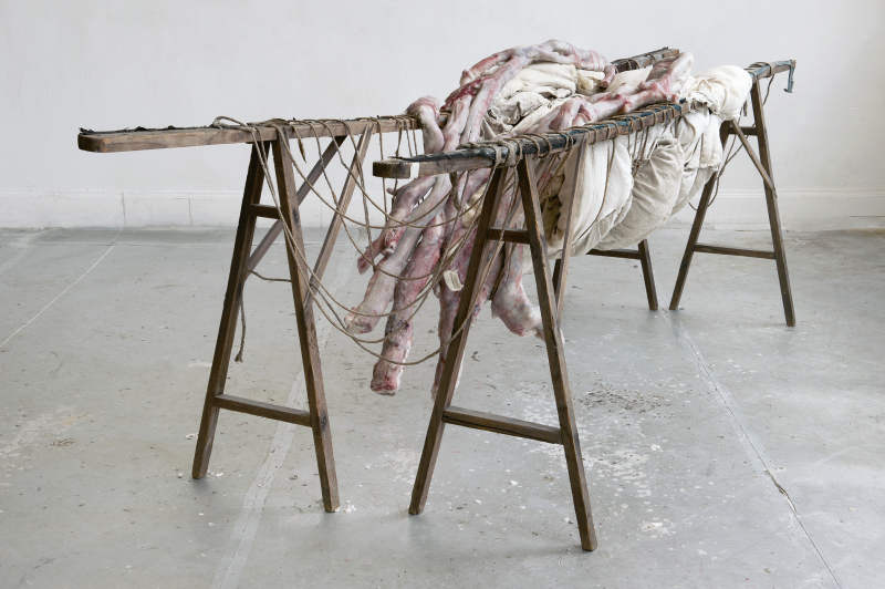 Berlinde De Bruyckere, Inside Me II, 2010–2011, Wachs, Epoxidharz, Holz, Seil, Stoff, Wolle, Eisen/Wax, epoxy, wood, rope, cloth, wool, iron, 82 × 225 × 88 cm, Courtesy die Künstlerin und/the artist and Hauser & Wirth, Foto/Photo: Mirjam Devriendt.