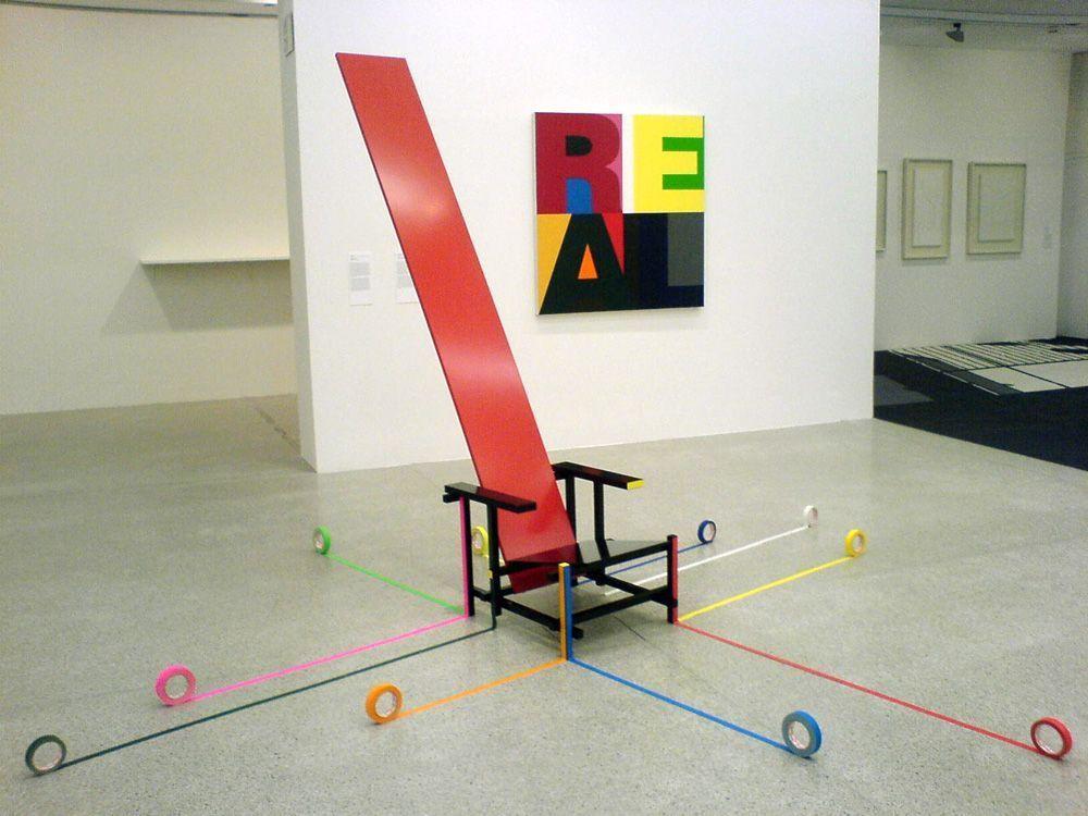 Ausstellungsansicht: Nic Hess, König Gerrit, 2007 und Heimo Zobernig, Ohne Titel (REAL), 1999, beide Daimler Kunst Sammlung, Foto: Alexandra Matzner.
