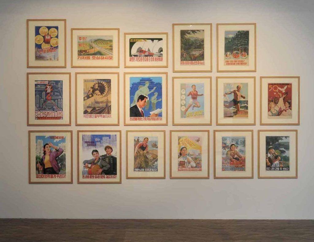 Plakate aus Nord-Korea, in: Blumen für Kim Il Sung. Kunst und Architektur aus der Demokratischen Volksrepublik Korea, MAK-Ausstellungshalle © Wolfgang Woessner/MAK.
