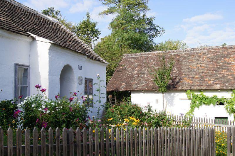 Kleinhäuslerhaus aus Wilfersdorf mit typischem Vorgarten im Museumsdorf Niedersulz.