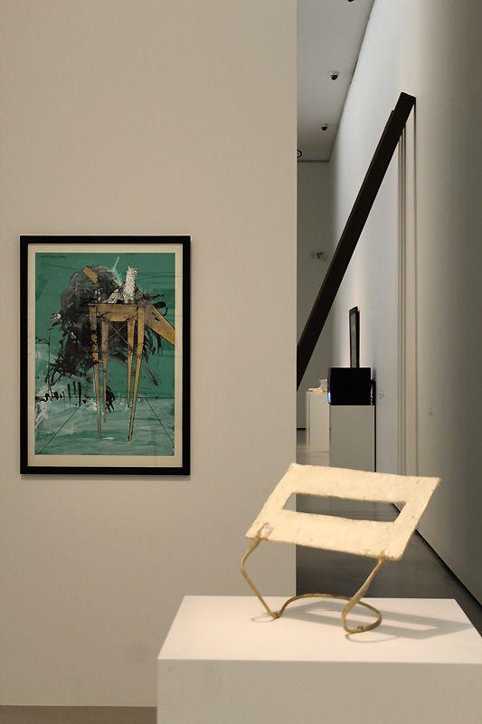 """Gironcoli """"Turm mit Dogge und Spiegel"""" (1977) und West, in: Gironcoli: Context, Belvedere, Orangerie 2013, Installationsfoto: Alexandra Matzner."""
