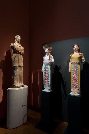 """Installationsansicht """"Bunte Götter. Die Farbigkeit antiker Skulptur"""" im Kunsthistorischen Museum mit zwei Farbrekonstruktionen der sog. """"Peploskore"""", Foto © KHM mit MVK und ÖTM"""