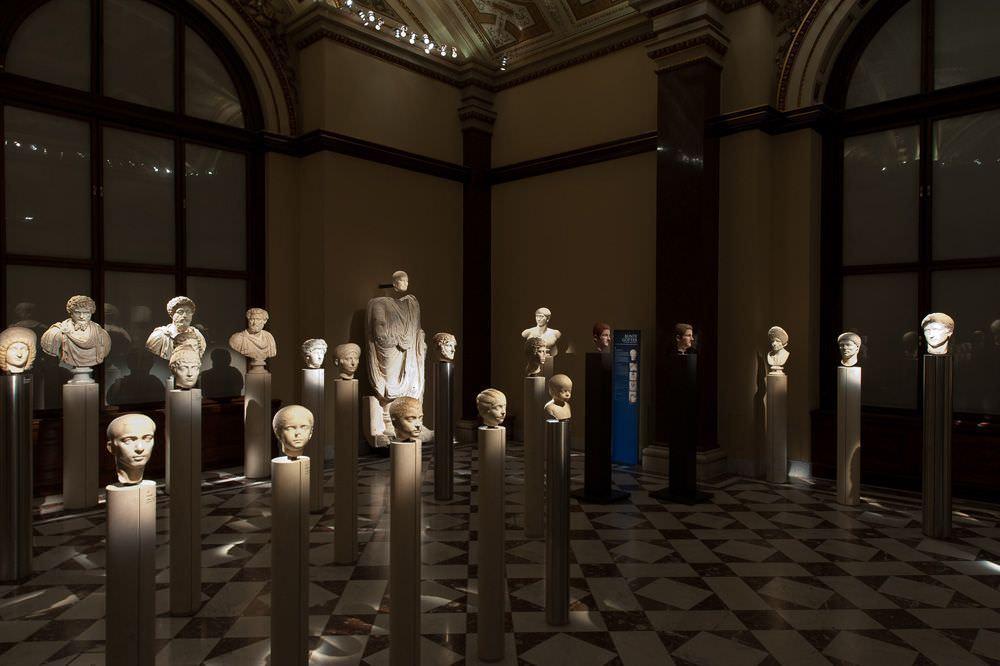 Bunte Götter, Installationsansicht mit Porträtbüsten, Foto: Alexandra Matzner.