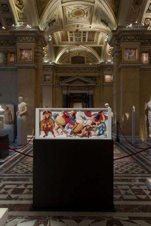 Bunte Götter, Installationsansicht mit Rekonstruktion mit Alexandersarkophag, Foto: Alexandra Matzner.