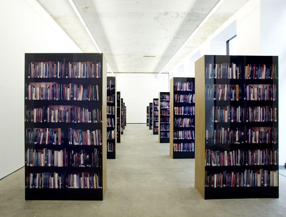 Clegg & Guttmann, Portraits and Other Cognitive Exercises 2001–2012, Blick in die Ausstellung (die unendliche Bibliothek) © O.O.