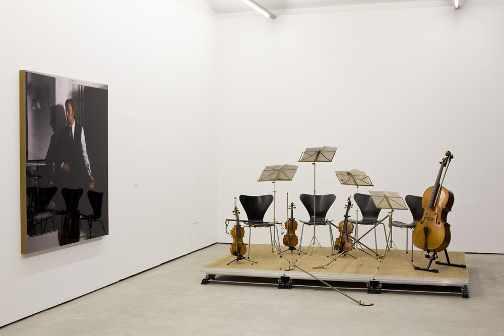 Clegg & Guttmann, Portraits and Other Cognitive Exercises 2001–2012, Blick in die Ausstellung mit dem Porträt Kippenberger © O.O.