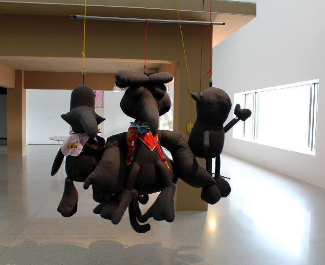Cosima von Bonin, Installationsansicht, mumok: THROWN OUT OF DRAMA SCHOOL, 2008, Tweed, Frottee, Baumwolle, Seide, Wolle, Metall, Leder, Polyfill, Kunststoff, 195 x 180 x 100 cm, Foto: Alexandra Matzner.