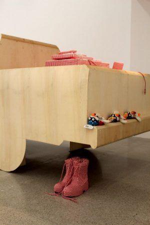 Cosima von Bonin, Installationsansicht, mumok 2014/15, hölzernes Auto und karierte Boots, Foto: Alexandra Matzner.
