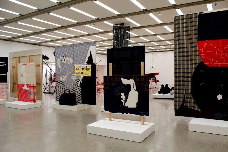 Cosima von Bonin, Installationsansicht, mumok 2014/15, Stoffbilder, Foto: Alexandra Matzner.