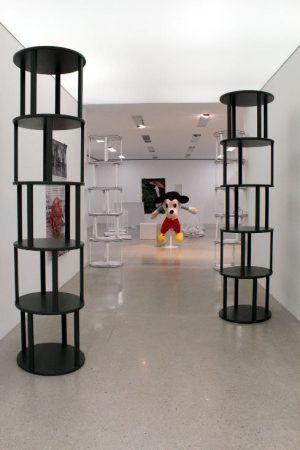 Cosima von Bonin, Installationsansicht, mumok: im Hintergrund REFERENCE HELL #2, (MIGHTY MOUSE), 2007, Stofftier, pulverbeschichteter Stahl, 173 x 123 x 95 cm, Collection Stedelijk Museum Amsterdam, Foto: Alexandra Matzner.
