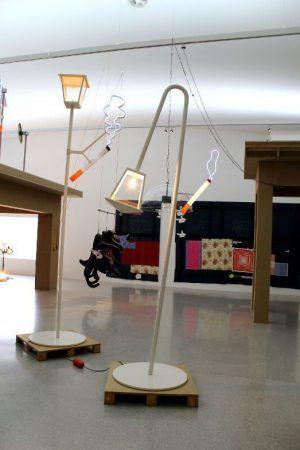 Cosima von Bonin, Installationsansicht, mumok: links MAY AND JUNE 1, 2010, Stahl, Glas, Lack, Glühbirne, Holz + SMOKE, 2008, mit Michel Würthle, Plexiglas, Stahl, Kabel, Lack, Neonröhre, Leuchtdiode, 410 x 140 x 90 cm, rechts im Vordergrund: THE MK 2 FORMULA, (ART & IDEAS), 2010, Stahl, Glas, Kabel, Lack, Glühbirne, Holz + SMOKE, 2008, mit Michel Würthle, Plexiglas, Stahl, Lack, Neonröhre, Leuchtdiode, 330 x 140 x 90 cm, Foto: Alexandra Matzner.