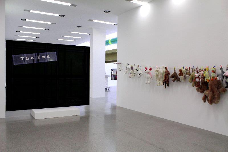 Cosima von Bonin, Installationsansicht, mumok: links NOTHING #04 (THE END), 2010, Wolle, Baumwolle, 230 x 298 cm, rechts MARATHON (#1), 2007, Wäscheleine, Stofftiere, Wäscheklammern, Maße variabel, Michael Neff, Frankfurt/Main, Foto: Alexandra Matzner.