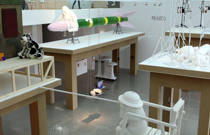 Cosima von Bonin, Installationsansicht, mumok: im Vordergrund TAGEDIEB, 2010, Foto: Alexandra Matzner.
