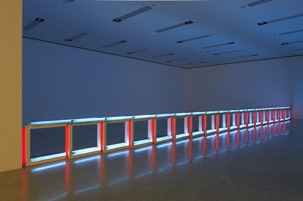 Dan Flavin, an artificial barrier of blue, red and blue fluorescent light (to Flavin Starbuck Judd), 1968, Blaue und rote Leuchtstoffröhren (61 cm lang und 122 cm lang), Länge variable, Solomon R. Guggenheim Museum, New York, Panza Collection, Photo: mumok © Stephen Flavin/VBK Wien, 2012
