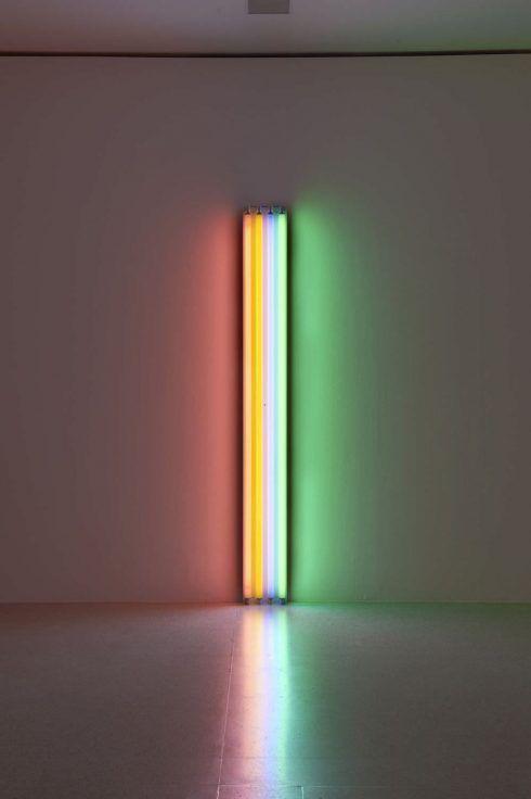 Dan Flavin, untitled (to Henri Matisse), 1964, Rosa, gelbe, blaue und grüne Leuchtstoffröhre, 244 cm hoch, Photo: mumok © Stephen Flavin/VBK Wien, 2012