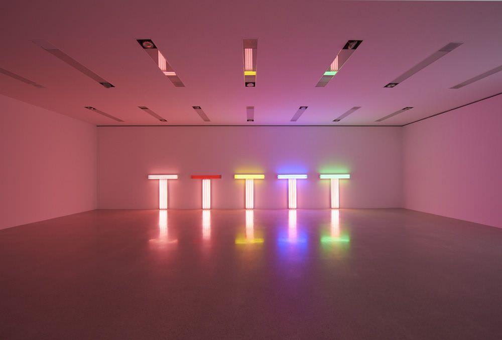 Ausstellungsansicht mumok: Dan Flavin, untitled (to Don Judd, colorist) 1, 4, 7-10, 1987, 122 cm hoch, 122cm breit; gesamt ca. 137,5 cm x 122 x 10,2 cm (The Estate Collection David Zwirner).