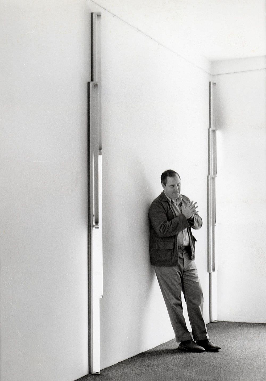 Dan Flavin in seiner Ausstellung in der Galerie Heiner Friedrich, München, 1968 / Dan Flavin at his exhibition at Galerie Heiner Friedrich, Munich, 1968 © 2012 Stephen Flavin/Artists Rights Society (ARS), New York; courtesy of David Zwirner, New York