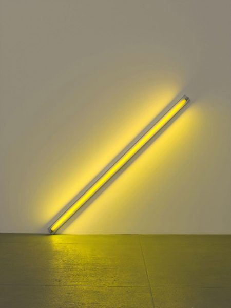 Dan Flavin, the diagonal of may 25, 1963 (to Constantin Brancusi), 1963, Gelbe Leuchtstoffröhre, 244 cm lang über die Diagonale, Photo: Billy Jim, New York © Stephen Flavin/VBK Wien, 2012