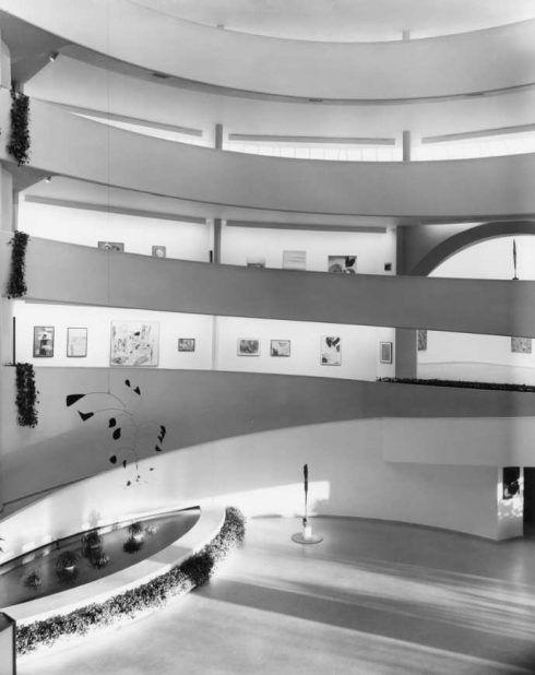 """Blick in die Rotunde, Ausstellungsansicht """"Inaugural Selection"""", Solomon R. Guggenheim Museum, New York, 21. Oktober 1959–19. Juni 1960."""