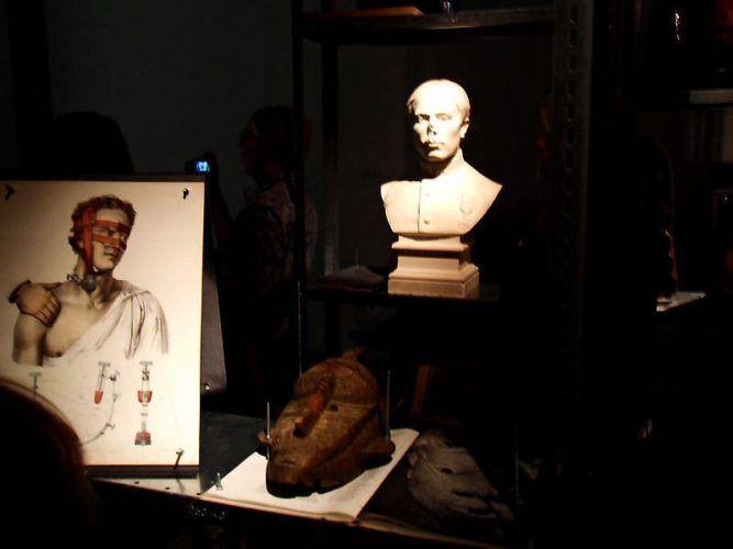 Kader Attia, The Repair, 2012, Diaprojektion und originale Artefakte aus Afrika, Maße variabel, Ausstellungsansicht dOCUMENTA (13) 2012, Foto: Alexandra Matzner