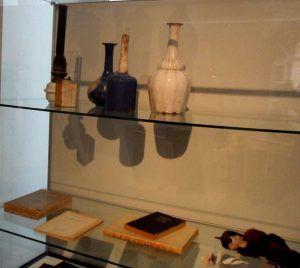 Drei der Originalgefäße, die Giorgio Morandi während des Zweiten Weltkriegs malte, Ausstellungsansicht Fridericianum auf der dOCUMENTA (13) 2012, Foto: Alexandra Matzner