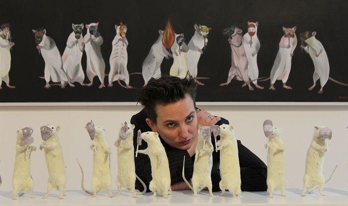 Deborah Sengl vor Die letzten Tage der Menschheit, Apokalypse 3 in ihrer Ausstellung im Essl Museum, 30.1.2014, Foto: Alexandra Matzner.