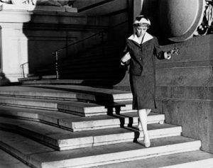 Cindy Sherman, Untitled Film Still #22 (Serie: Untitled Film Stills), 1978, s/w-Fotografie (Bromsilbergelatine/Vintage-Print), 17,4 x 23,9 cm (Museum Folkwang, Essen © Cindy Sherman /Courtesy Sprüth Magers, Berlin/London)