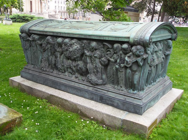 Carl Wollek, Sarkophag und Grabmalfigur für Adrienne Neumann (geb. Adrienne Städtner; 1876-1911), 1912, Aufstellung vor dem Wien Museum, Foto: Alexandra Matzner.