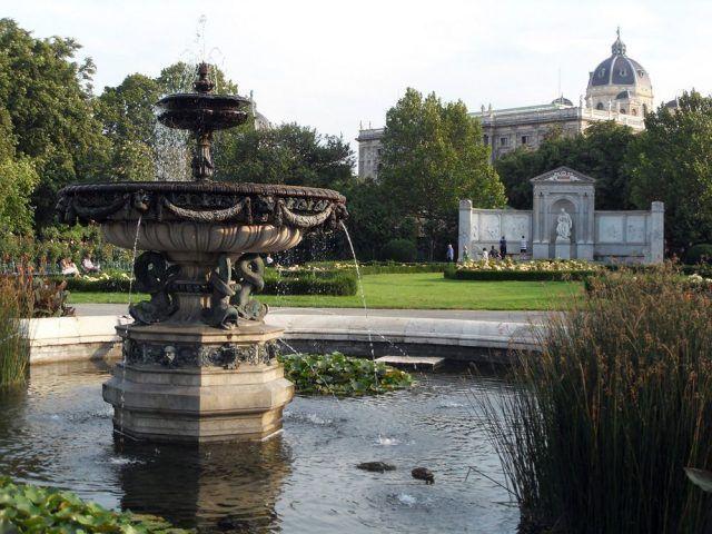 Brunnen im Volksgarten von Ferdinand Kirschner (1821-1896), dahinter das Grillparzer-Denkmal und das Naturhistorische Museum © Foto: Alexandra Matzner.