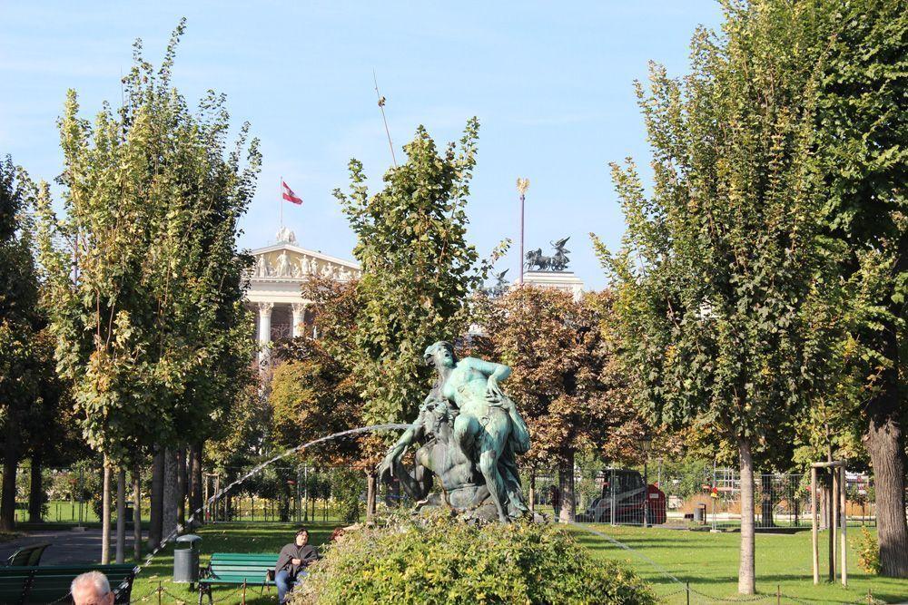 Triton- und Nymphenbrunnen von Viktor Tilgner (1844-1896) im Volksgarten, dahinter das Parlament © Foto: Alexandra Matzner.