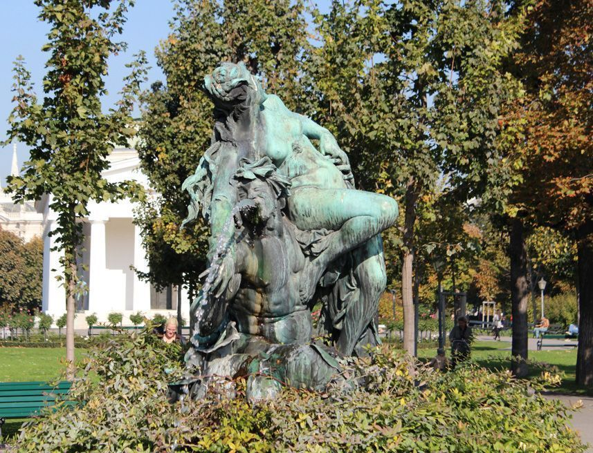 Triton- und Nymphenbrunnen von Viktor Tilgner (1844-1896) im Volksgarten, dahinter der Theseustempel © Foto: Alexandra Matzner.