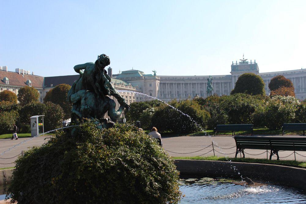 Triton- und Nymphenbrunnen von Viktor Tilgner (1844-1896) im Volksgarten, dahinter die Hofburg © Foto: Alexandra Matzner.