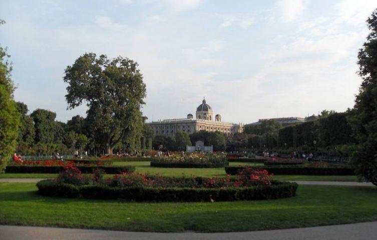 Der Wiener Volksgarten, Blick über das Rosarium zum Grillparzer-Denkmal und dem Naturhistorische Museum © Foto: Alexandra Matzner.