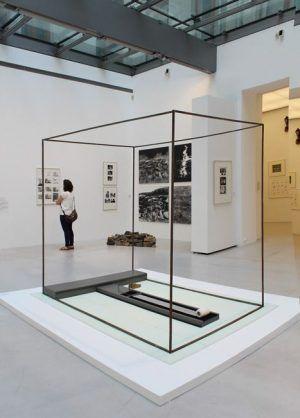 """Fritz Steinkenner, VALIE EXPORT (Hintergrund), Ausstellungsansicht """"Die 70er Jahre"""" im MUSA 2013, Foto: Alexandra Matzner."""