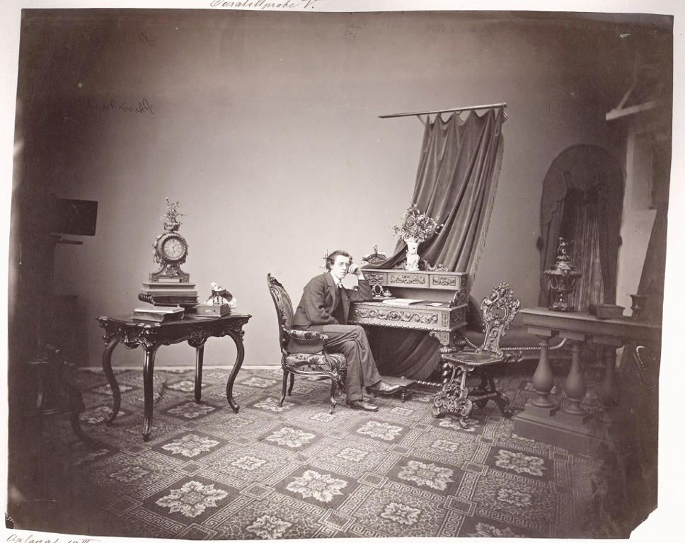 Ludwig Angerer, Herrenporträt in weiträumiger Atelierdekoration, 1867, Albertina, Wien - Dauerleihgabe der Höheren Graphischen Bundes-Lehr-und Versuchsanstalt, Wien.