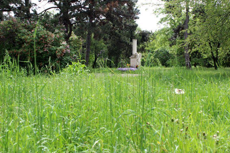Grabdenkmal von Wolfgang Amadeus Mozart (davor Grasfläche), Wien, Friedhof von St. Marx, Foto: Alexandra Matzner.