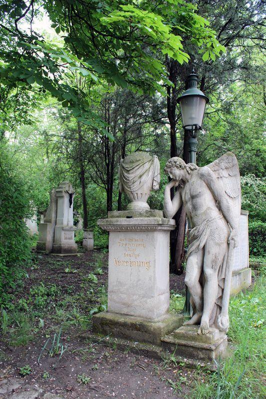 Trauergenius (rechts), Wien, Friedhof von St. Marx, Foto: Alexandra Matzner.