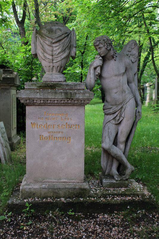 Trauergenius (links), Wien, Friedhof von St. Marx, Foto: Alexandra Matzner.