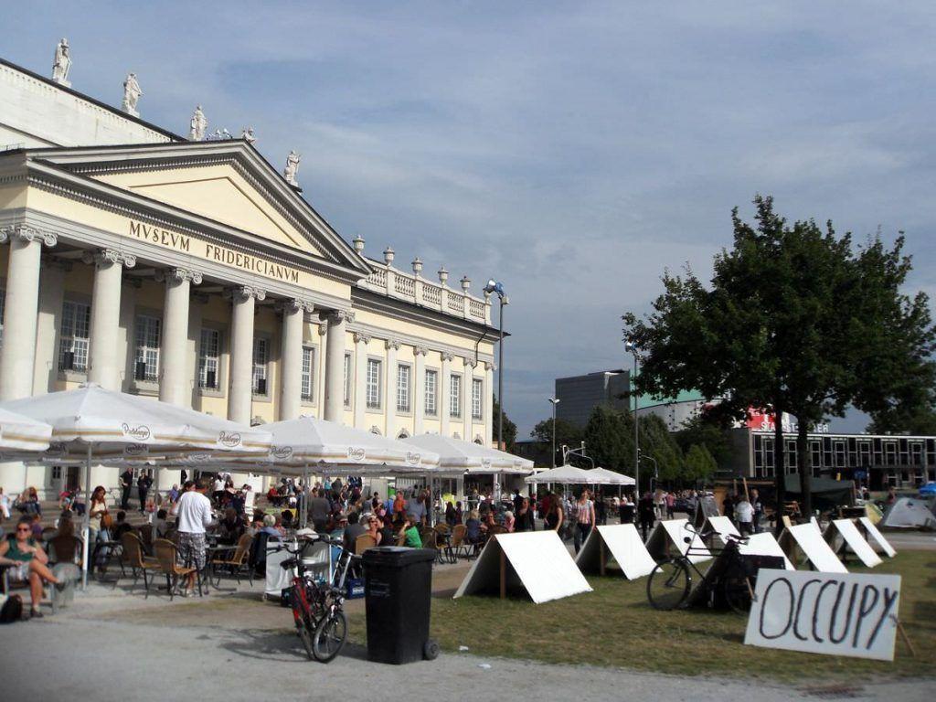 Der Platz vor dem Fridericianum am Friedrichsplatz in Kassel von Occupy besetzt (1779 fertiggestellt) © Alexandra Matzner