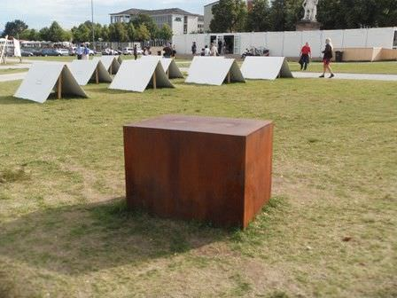 "Guillermo Faivovic & Nicolás Goldberg ""The weight of uncertainty"" (2012) am Friedrichsplatz in Kassel © Alexandra Matzner"