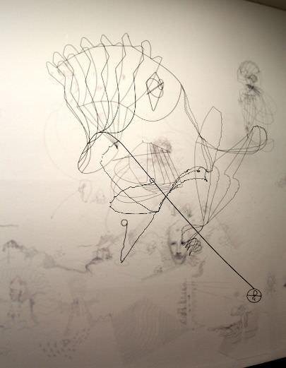 Constantin Luser, Drahtobjekt und Wandzeichnung mit Fineliner, Detail, Ausstellungsansicht: Alexandra Matzner.