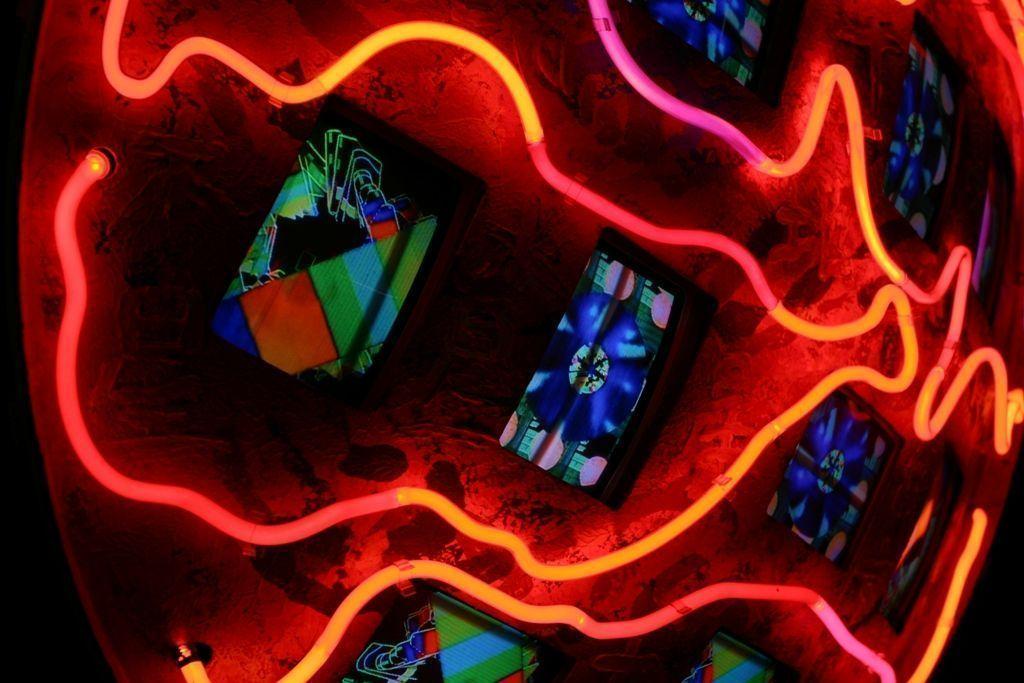 "Nam June Paik: ""Mercury"", 1991, (Detail), Multi-Monitor-Installation, Ø 140 cm, T= 50 cm,2 Kanäle, Neonsysteme, 12 Fernseher, (Farbe, kein Ton) © Nam June Paik Estate, New York, 2010/ Kunststiftung NRW, Düsseldorf, Foto: Sascha Dressler."