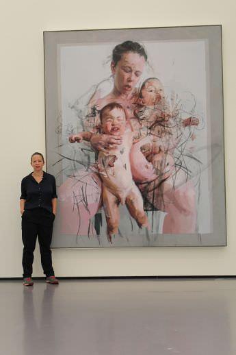 Jenny Saville vor ihrem Gemälde