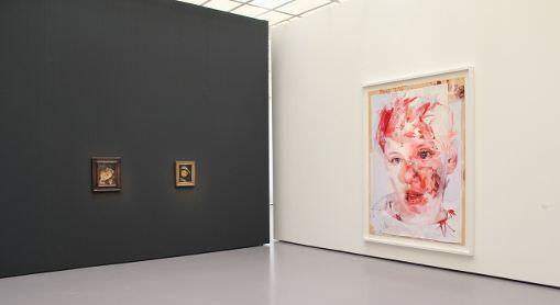 Egon Schiele - Jenny Saville, Installationsansicht Kunsthaus Zürich mit Jenny Saville, Red Stare Head IV, 2006-2011 und Egon Schiele, Mutter mit Kind, 1912 und Tote Mutter I, 1910, Foto: Alexandra Matzner.