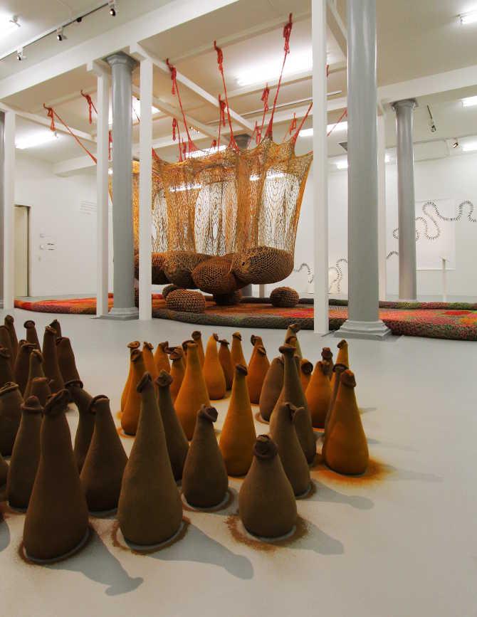 Ernesto, Neto, Lipzoida, 1996 und em U-Ventre, 2012, Installationsfoto: Alexandra Matzner.
